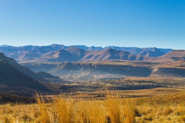 Panorama de l'état libre d'orange sur la route de karoo, afrique du sud. paysage africain
