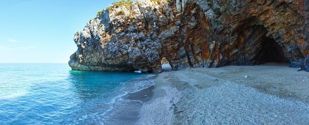 Panorama d'été de la plage de mylopotamos grèce. mer égée.