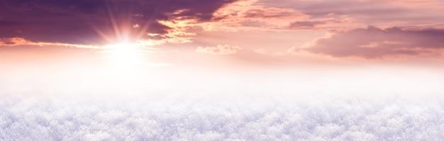 Panorama, fond d'hiver avec champ enneigé et ciel pittoresque au coucher du soleil