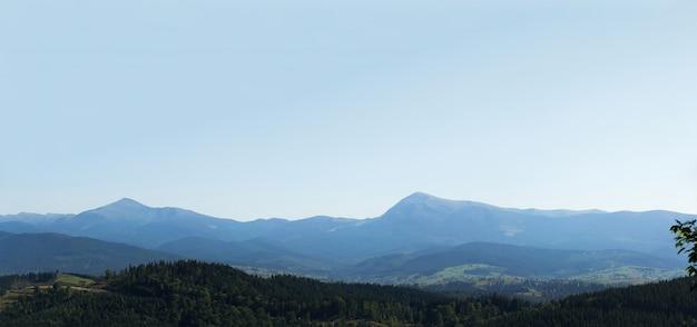 Panorama grand angle horizontal des forêts et des montagnes près de la station de ski de bukovel