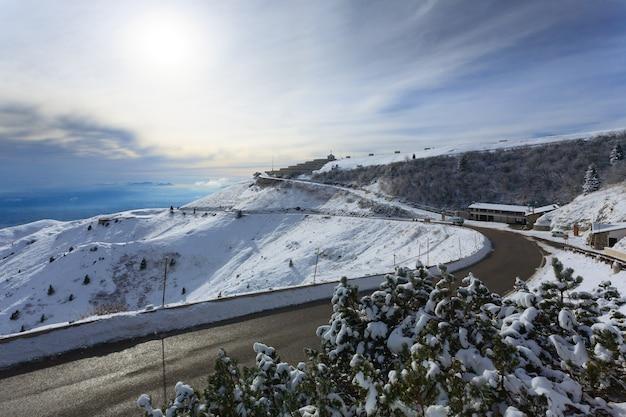 Panorama d'hiver du bâtiment commémoratif de la première guerre mondiale des alpes italiennes