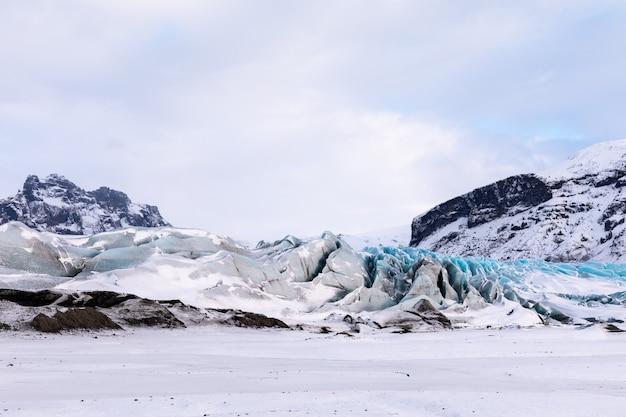 Panorama d'hiver des montagnes islandaises, glacier et ciel du parc national