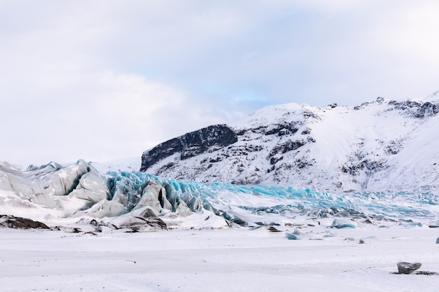 Panorama d'hiver des montagnes islandaises, glacier et glace du parc national de vatnajökull