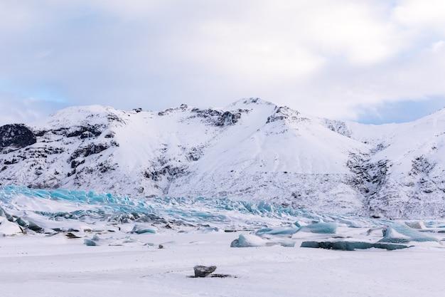 Panorama d'hiver des montagnes islandaises, glacier et nuages du parc national de vatnajokull