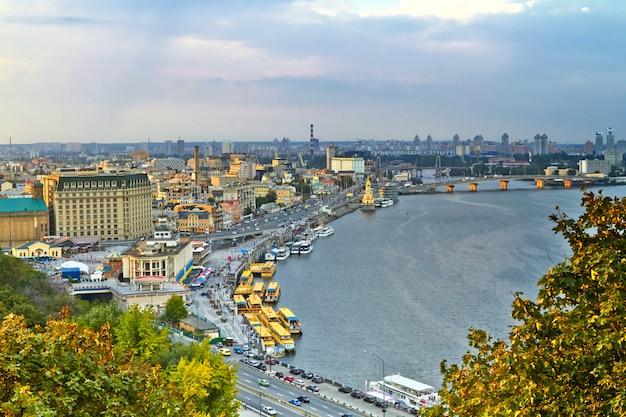 Panorama de kiev depuis la montagne