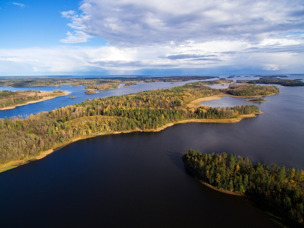 Panorama des lacs et des forêts de carélie