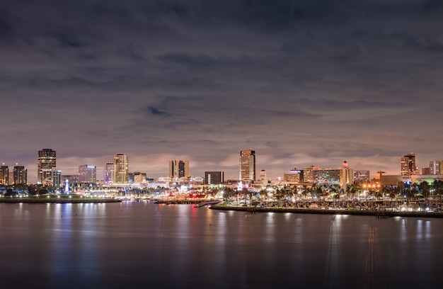 Panorama de long beach en californie la nuit par temps nuageux