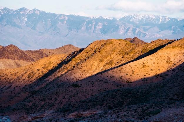 Panorama d'un magnifique paysage avec des chaînes de montagnes au coucher du soleil. kazakhstan