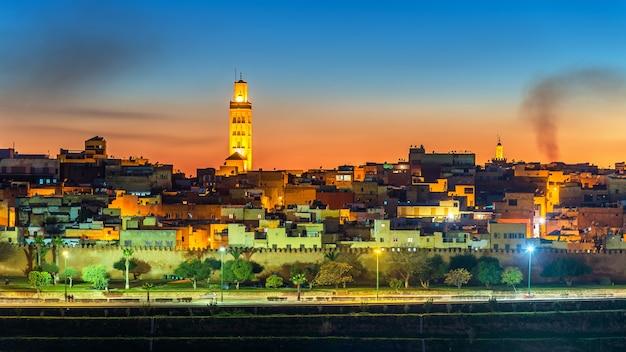 Panorama de meknès le soir. site du patrimoine mondial au maroc