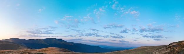 Panorama de montagne de lever de soleil d'automne avec la lune dans le ciel. cinq clichés piquent l'image.