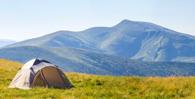 Panorama de montagne avec tente touristique
