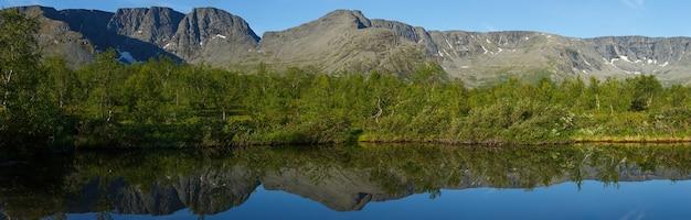 Panorama avec les montagnes du khibiny, ciel reflété dans le lac petit vudyavr