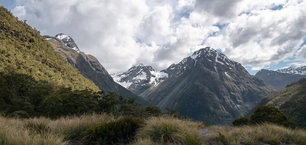 Panorama des montagnes par temps couvert tourné sur caples track en nouvelle-zélande