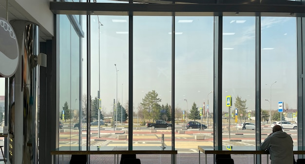 Un panorama de mur de fenêtre de bâtiment à l'intérieur, panorama de fond moderne