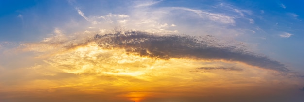 Panorama de la nature heure dorée matin ciel et nuages