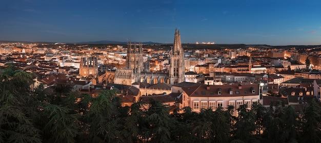 Panorama nocturne de la cité médiévale de burgos, castille et leon, espagne.