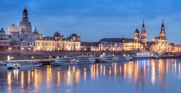 Panorama nocturne de la vieille ville de dresde avec des reflets