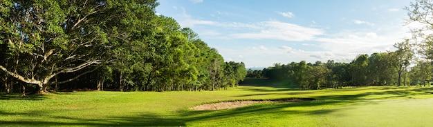 Panorama paysage golf crouse avec la lumière du soleil