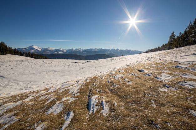 Panorama de paysage d'hiver avec des collines de paysage enneigé
