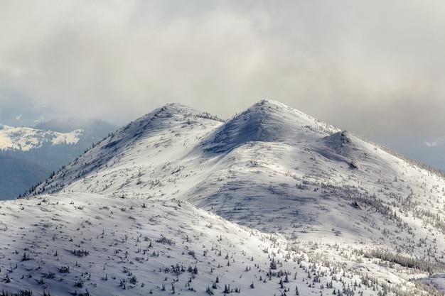 Panorama de paysage d'hiver. montagnes couvertes de neige après les chutes de neige.