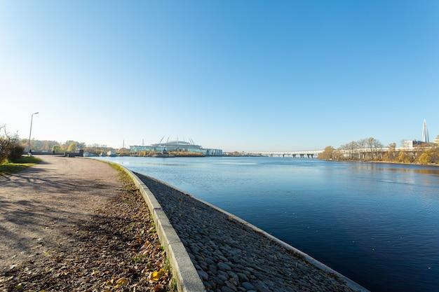 Panorama avec le pont sur le golfe de finlande à saint-pétersbourg, en russie.