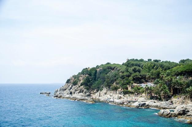 Panorama des rochers et de la route près de la côte. bord de l'eau des montagnes en mer méditerranée. roches sur la côte.