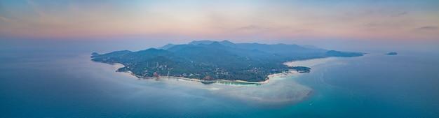 Panorama solitaire debout île coucher de soleil drone aérien tourné ko phangan thaïlande vue submergée de