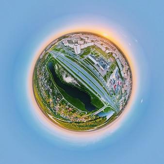 Panorama sphérique à 360 degrés du lever du soleil sur le paysage urbain avec les routes de la ville et les bâtiments résidentiels. panorama de la petite planète
