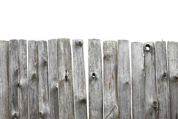 Panorama de la vieille clôture en bois d'isolement sur fond blanc. clôture cassée