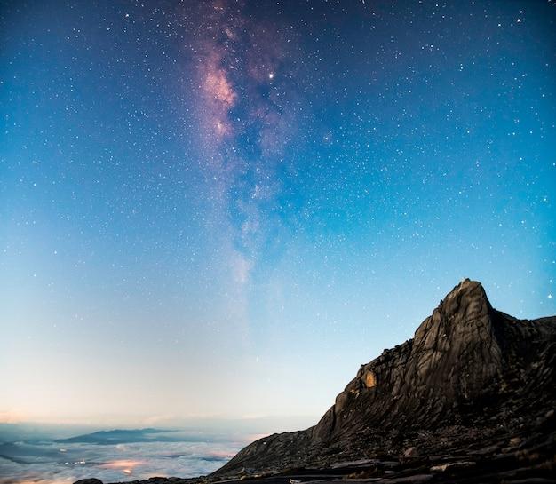 Panorama view space space shot de la voie lactée avec des étoiles sur ciel crépuscule