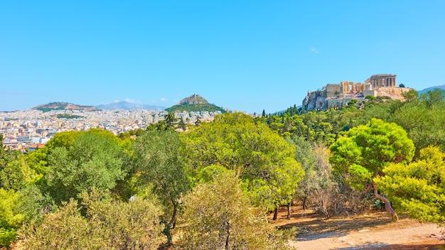Panorama de la ville d'athènes avec l'acropole, le mont lycabette et le parc public sur la colline des nymphes le jour ensoleillé d'été, grèce - paysage grec