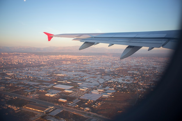 Panorama de la ville de la hauteur du vol de l'oiseau. une vue de la ville depuis une fenêtre d'avion