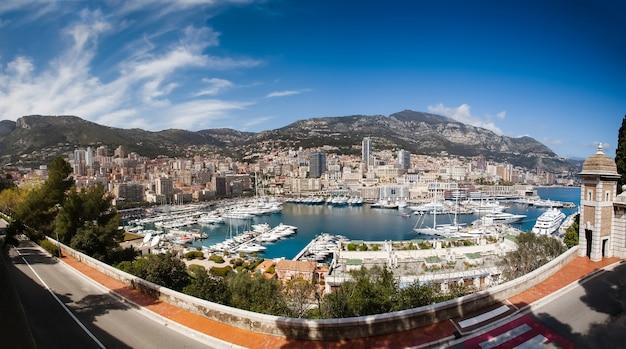 Panorama de la ville de monte carlo, monaco. yachts de luxe dans le port de monaco
