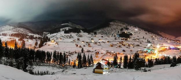 Le panorama de la ville de nuit brille