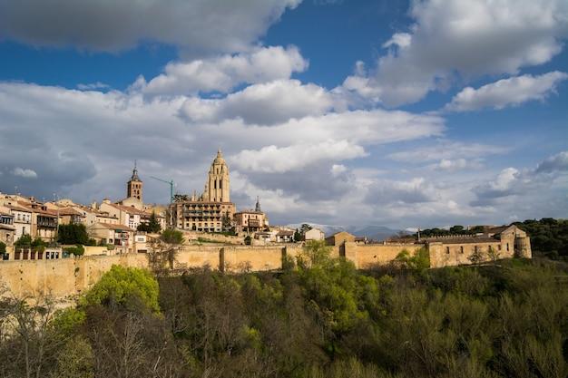 Panorama de la ville de ségovie avec cathédrale en espagne.