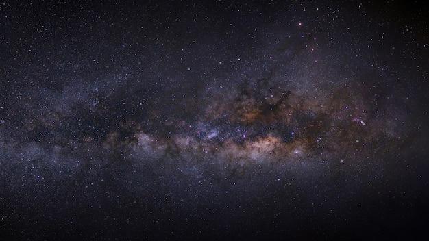 Panorama de la voie lactée sur un ciel nocturne, longue exposition photo, avec grain.
