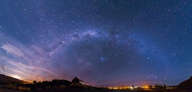 Panorama voie lactée à l'église du bon pasteur, lac tekapo, nouvelle-zélande