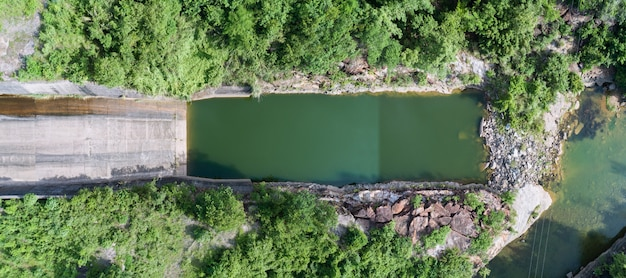 Panorama vue aérienne d'une centrale hydroélectrique, barrage en béton topview, versant aval.