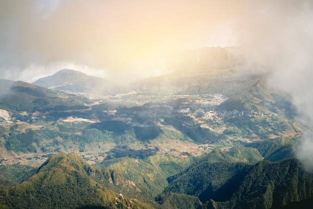 Panorama avec vue sur la vallée de sapa au lever du soleil avec un nuage de beauté