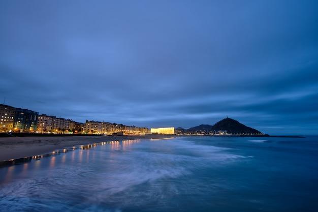 Panoramique au coucher du soleil du palais des congrès kursaal à san sebastian, pays basque