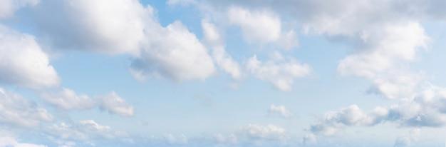 Panoramique ciel bleu et nuages blancs