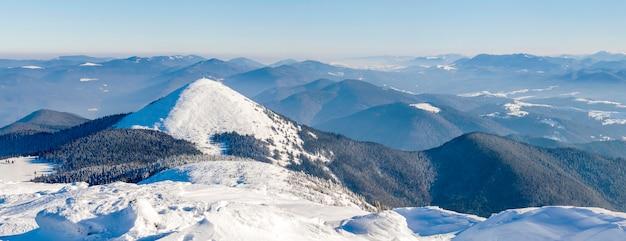 Panorana paysage de montagnes d'hiver. blanc, neige, montagnes couvertes, collines