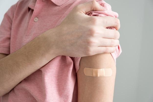 Un pansement sur le bras après vaccination contre l'infection covid19 vaccination contre le coronavirus
