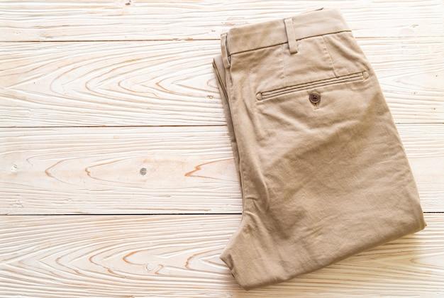 Pantalon biege plié