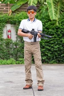Pantalon cargo avec arme à feu