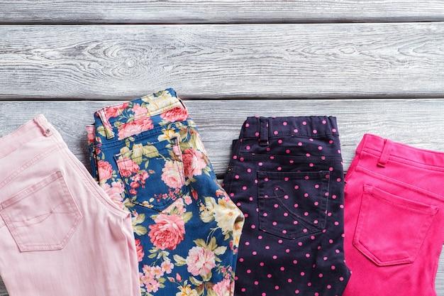 Pantalon décontracté avec motif coloré. pantalon fleuri et marine foncé. choisissez votre style. vêtements féminins en magasin de mode.