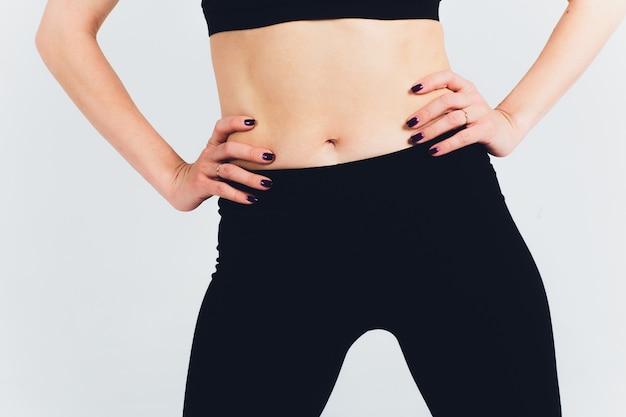 Pantalon de fitness noir pour femmes isolé sur blanc avec un tracé de détourage. vue de face.