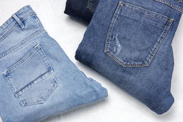 Pantalon jeans bleu vêtements pile fond. détail de jolis jeans bleus