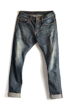 Pantalon jeans délavé isolé sur fond blanc avec un tracé de détourage