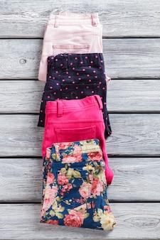 Pantalon à pois et fleuri. pantalon plié lumineux portant étroitement. nouveautés en magasin d'usine. marchandises de qualité en provenance de l'étranger.